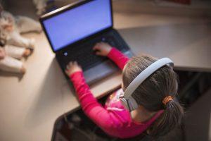 ילדה לומדת בחוג מחשבים וסייבר ולנוער